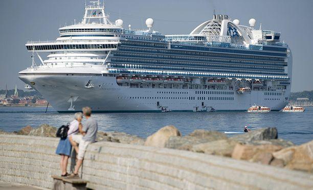 290 metriä pitkään Emerald Princessiin mahtuu noin 3 500 matkustajaa. Emerald Princess on käynyt myös Helsingissä. Kuvassa alus on Helsingborgissa Ruotsissa.