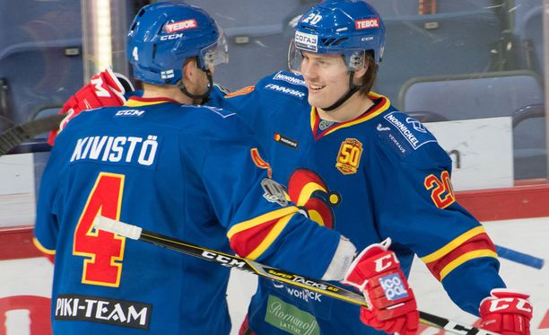 Eeli Tolvanen sai onnittelun ennätysmaalistaan Tommi Kivistöltä.