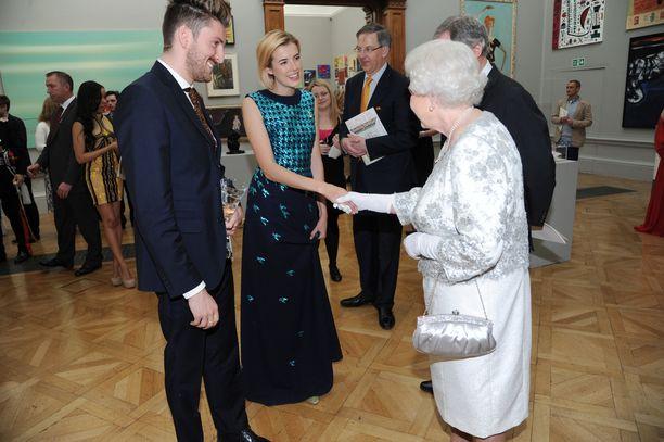 Brittiläinen malli Agyness Deyn ja kuningatar Elizabeth II vuonna 2012.