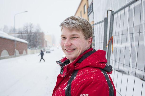 28-vuotias Henri Karvinen ehti työskennellä kirvesmiehenä 11 vuotta ennen kuin ovet lääketieteelliseen avautuivat.