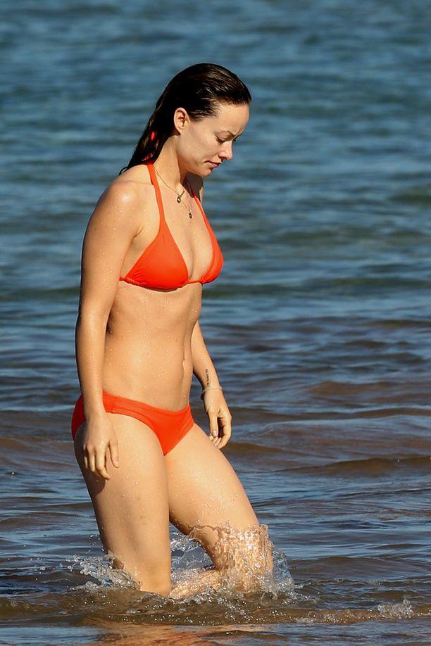 Olivia verhosi näyttävän vartalonsa oransseihin bikineihin.