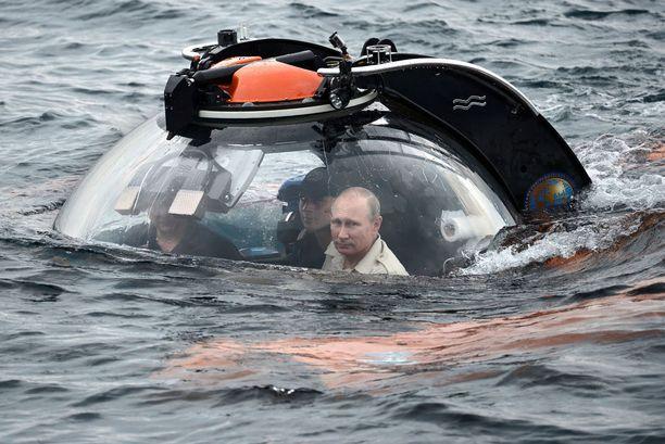 Vladimir Putinilla on useita rooleja, joilla hän pönkittää imagoaan. Yksi näistä on sankari, joka osallistuu muun muassa sukeltaa minisukellusveneellä Krimillä.
