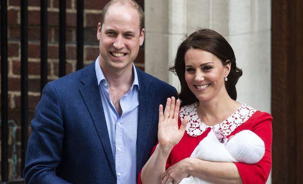 Prinssi William ja herttuatar Catherine näyttäytyivät maanantaina sairalaan edessä kuvaajille vastasyntyneen poikavauvansa kanssa.