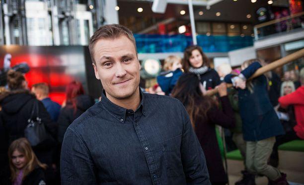 Heikki Paasonen suhtautuu uuteen hommaan ammattimaisesti mutta myös huumorilla.