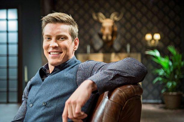 """Antti Holma muistetaan Putouksen kuudennelta tuotantokaudelta, jossa hän esitti sketsihahmo """"Kissi"""" Vähä-Hiilaria."""