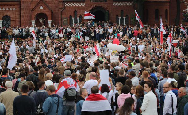 Ihmisiä mielenosoituksessa Minskissä sunnuntaina.