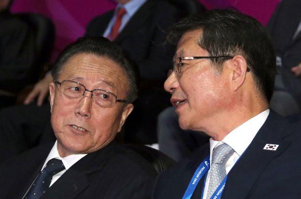 Pohjois-Korean työväenpuolueen korkea-arvoinen jäsen Kim Yang-gon keskusteli Etelä-Korean yhdistymisministerin Ryoo Kihl-jaen kanssa Incheonissa viime lauantaina. Etelä ei usko, että pohjoisessa olisi käynnissä vallanvaihto.