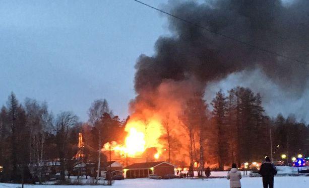 Koulurakennuksen palo toi Heinolan Lusinraitille useita pelastustoimen yksiköitä.