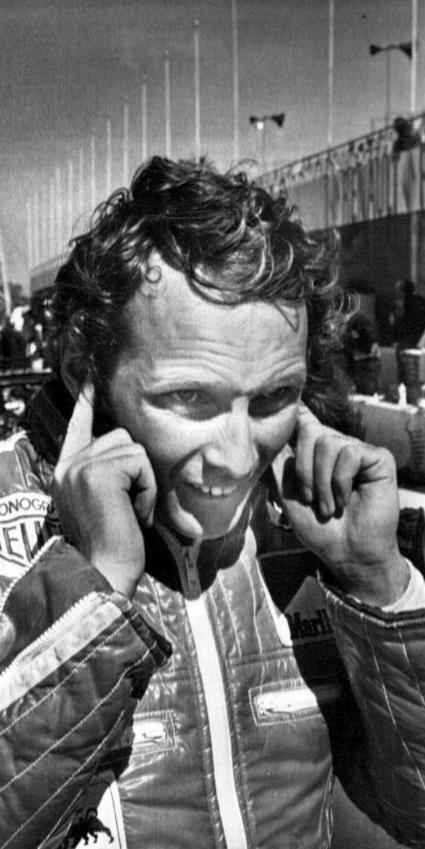 Formulakuski Niki Lauda halusi, että Virpi rasvaa hänen auringossa kärähtäneen selkänsä.