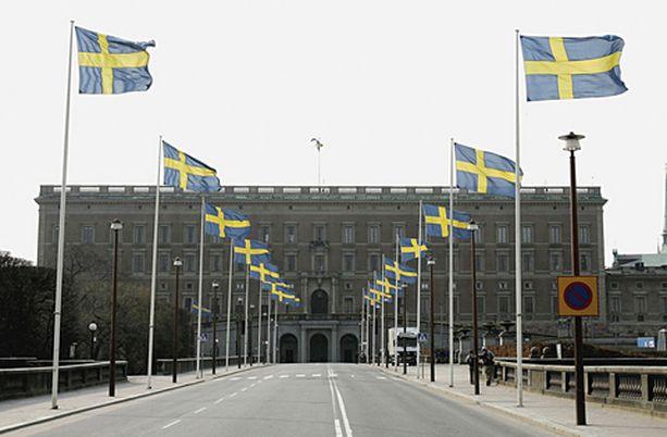 Liput liehuivat sunnuntaina Tukholmassa kuninkaanlinnaan johtavan kadun varressa.