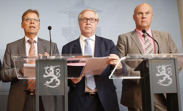 SAK:n puheenjohtaja Lauri Lyly (vas.), Akavan puheenjohtaja Sture Fjäder ja STTK:n puheenjohtaja Antti Palola pääministeri Juha Sipilän (kesk) tiedotustilaisuudessa Kesärannassa elokuussa.