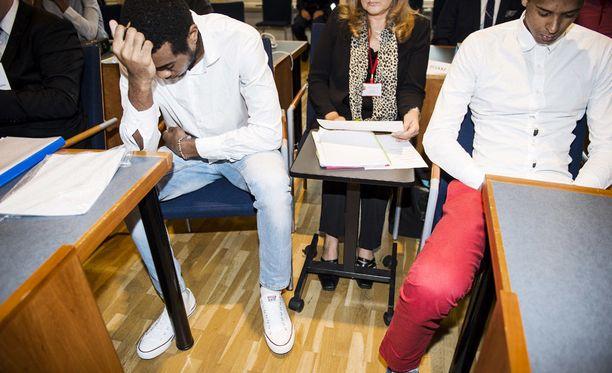 Luis Tomas Sosa Sierra (vas.) ja Rolando Cepeda Abreu Pirkanmaan käräjäoikeudessa elokuussa 2016. Törkeästä raiskauksesta tuomitut maajoukkueurheilijat eivät ole tyytyväisiä vankilaoloihinsa.