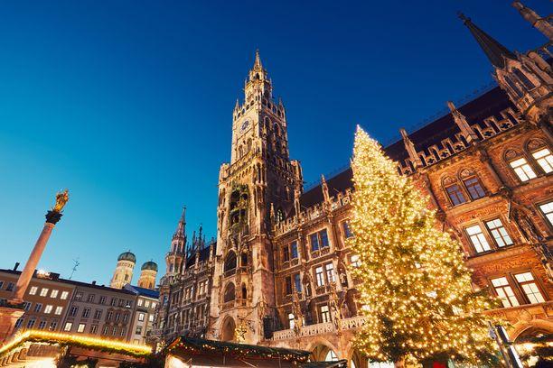 Komea kuusi Münchenin raatihuoneen edustalla.