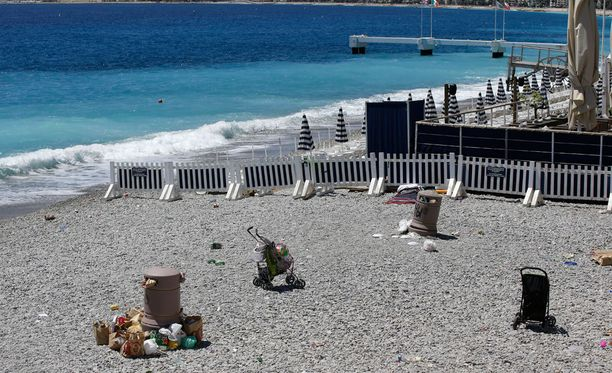 Turmapaikan lähellä sijaitsevalle rannalle on jäänyt lasten leluja.