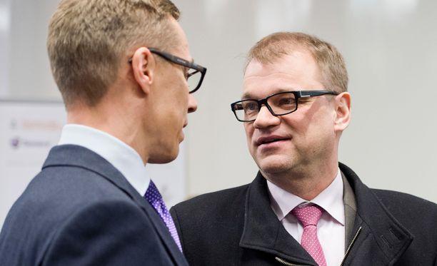 Juha Sipilä (kesk) ei aio perua Alexander Stubbin (kok) hallituksen leikkausta lapsilisiin.