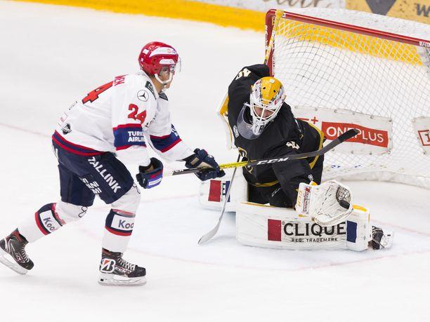 Eero Teräväinen onnistui yllättämään Patrik Rybárin perjantaina komean soolon päätteeksi, mutta tässä tilanteessa slovakialainen vei pidemmän korren.