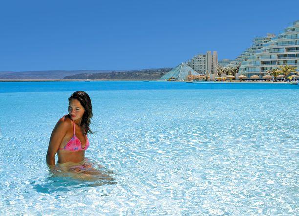 Chilen ennätyksellinen uima-allas on täytetty merivedellä. Vesi on kuitenkin lämmitetty.