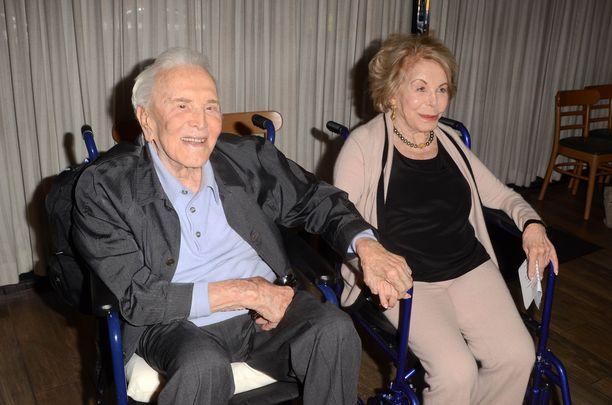 Kirk Douglasia on vaikea uskoa yli 100-vuotiaaksi.