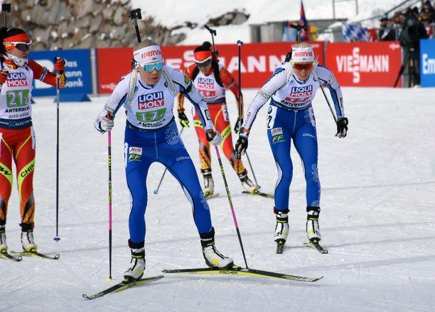 Kaisa Mäkäräinen (vas.) ja Mari Eder edustivat Suomea MM-sekaviestissä torstaina Italian Antholzissa.