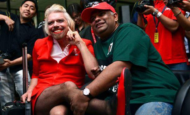Aivan kaikki Air Asian lentoemännät eivät ole hemaisevia. Kilpailevan lentoyhtiön Virginin pomo Richard Branson hävisi vedon Tony Fernandesille (oik.) ja joutui toimimaan Air Asian lentoemäntänä lennolla Perthistä Australiasta Kuala Lumpuriin Malesiaan.