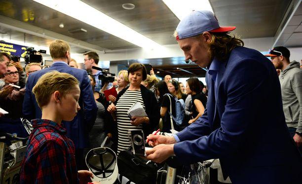 Patrik Laine sai kirjoitella nimmareita Helsinki-Vantaan lentoaseman tuloaulassa.