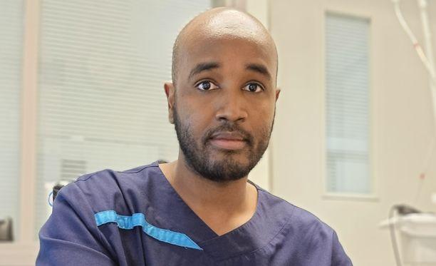 Lääkäri Ibrahim Ahmed kohtaa koronapotilaita päivystysvuorossaan.