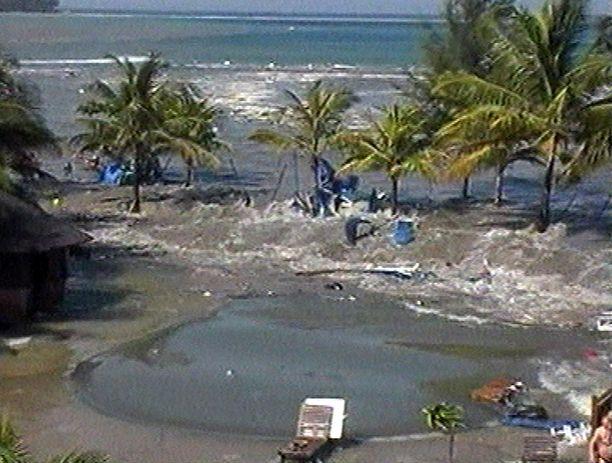 Kuva tsunamin ensimmäisestä aallosta videolta, jonka kuvasi norjalainen tsunamista pelastunut Phuketissa Thaimaassa.