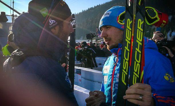 Martin Fourcade (vas.) ja Anton Shipulin paiskasivat kättä rauhansopimuksen merkiksi.