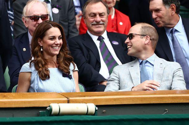 Prinssi William vitsaili myös herttuaparin takana istuville henkilöille.