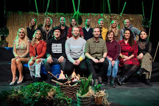 Selviytyjät Suomi -sarjan toisella kaudella kilpaili 16 julkkista. Kuvasta puuttuu maalivahti Noora Räty. Ohjelman juontaa Juuso Mäkilähde.
