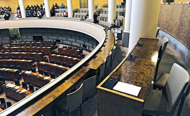 Thorlauta-foorumilla pohditaan muun muassa sitä, miten eduskunnan istuntosaliin pääsisi aseen kanssa.