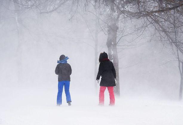 Kovat pakkaset ovat iskeneet myös Kanadaan. Kuvan naiset ovat kävelyllä Montrealissa lauantaina 20 asteen pakkasessa.