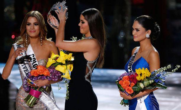 Voittajan tiara otettiin Kolumbian Ariadna Gutierrezin päästä ja ojennettiin Filippiinien Pia Alonzo Wurtzbachille.