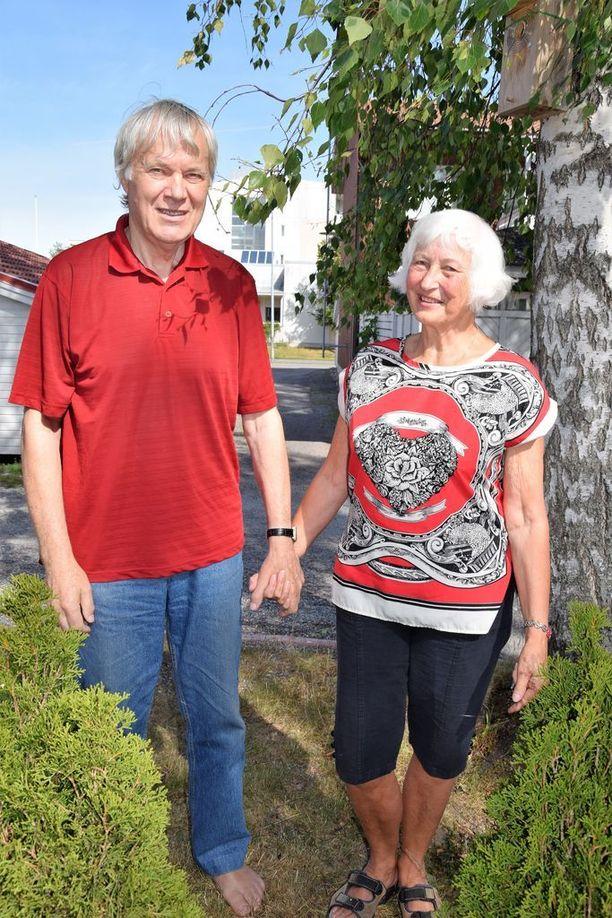 Anna-Liisa Thörnsten ja Riku Mäki kävelevät käsi kädessä minne vain menevätkään.