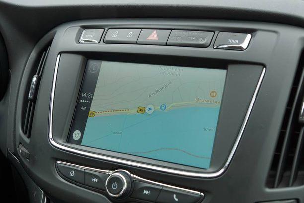 Näyttö on 7-seitsemäntuumainen. Kuvassa ruudulla on iPhonen navigointiohjelma.