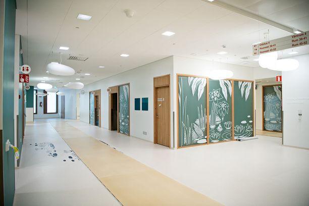 Siellä täällä seinillä on otteita Muumi-tarinoista ja kukin kerros on koristeltu eri teeman mukaan.