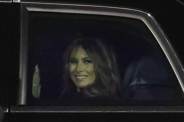 Presidentin puoliso Melania Trump vilkutti limusiinin kyydistä paikalla olleelle yleisölle.