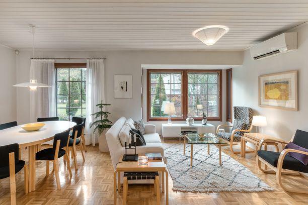 Tämä olohuone on sisustettu kauttaaltaan suomalaisella designilla tuoleista lamppuihin asti. Kuinka monta Artekin esinettä bongaat?