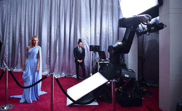 Giuliana Rancic tekee punaisella matolla haastatteluita E!-kanavalle.