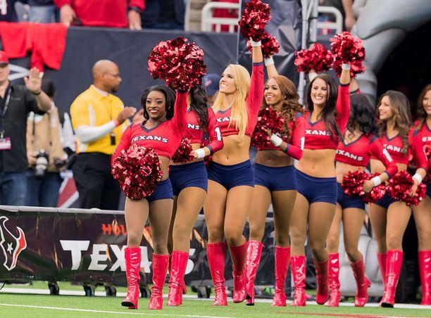 Texansin cheerleaderit kehuivat, että Simone Biles oppi liikkeet hämmästyttävän nopeasti.