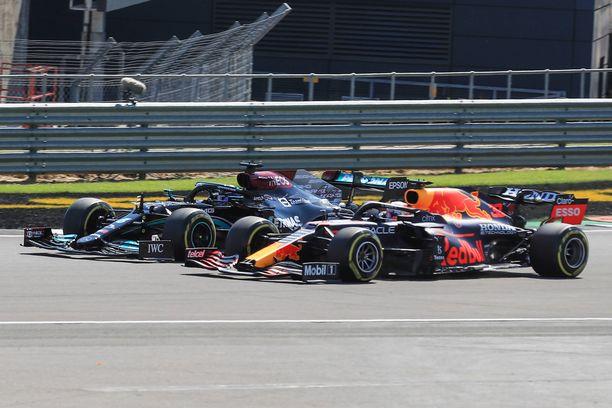Lewis Hamilton yritti ohittaa Max Verstappenin, mutta kaksikon autojen pyörät osuivat yhteen.