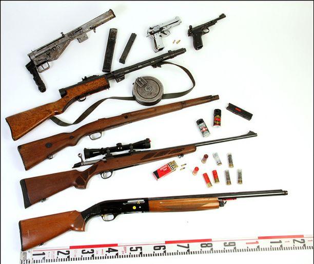 Kotietsinnöissä löytyi myös kattava kokoelma aseita.