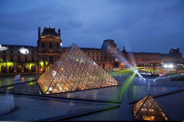 Macronin kannattajat odottelivat tulevaa presidenttiä Louvren edustalla.