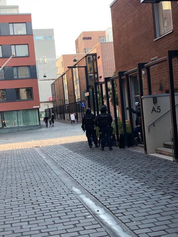 Varustautuneet poliisit hämmensivät Helsingin Jätkäsaaressa maanantaina alkuillasta.