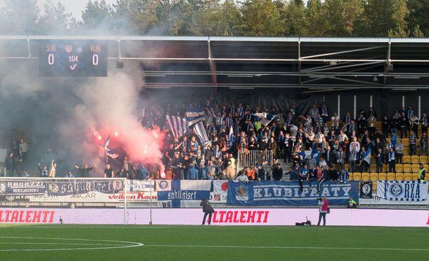 HJK-päädyssä sytytetyt soihdut levittivät kentälle paksun savuverhon, jonka takia ottelu piti keskeyttää hetkeksi.