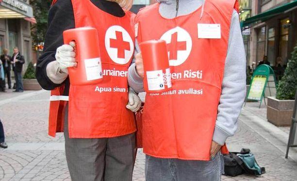 Kuvan kerääjillä yllään SPR:n viralliset keräysliivit. Huijaripojat olivat käyttäneet omatekoisia Punaisen Ristin tunnuksia.