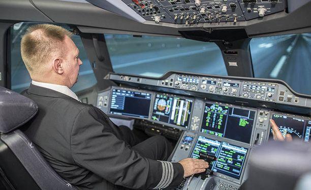 Lentäjä Tapani Toppari on aktiivisesti ollut mukana hiomassa simulaattorista mahdollisimman aitoa lentokokemusta.