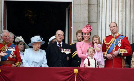 Englannin kuninkaallinen perhe kokoontui Buckinghamin palatsin parvekkeelle seuraamaan lentoesitystä.