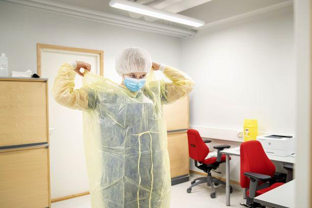 Itä-Porin Lähipalvelukeskus on valjastettu koronaklinikaksi. Sairaanhoitaja Heidi Alila valmistautuu ottamaan koronatestejä.