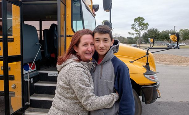 Äiti Amber Vega kertoo, että antaa 13-vuotiaan Karson-poikansa ajaa autoa omalla pihalla.